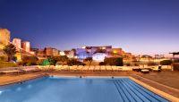 La piscine et sa vue de nuit