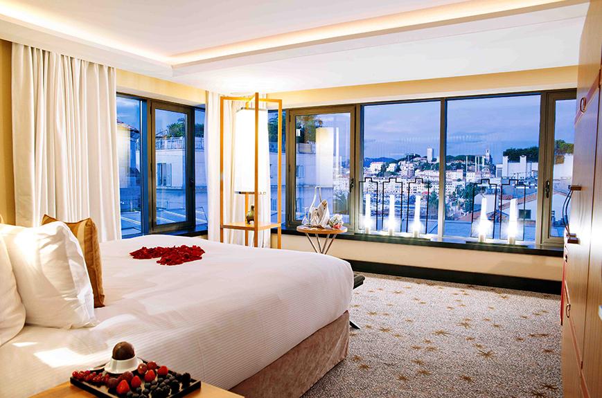 Five seas hotel recrute r ceptionniste agent de for Offre emploi agent de restauration