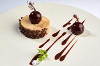 Mi-Cuit de Foie Gras enrobé de Grué de Cacao, Chutney Griotte, Vinaigrette Chocolat acidulé - Romain Gondras